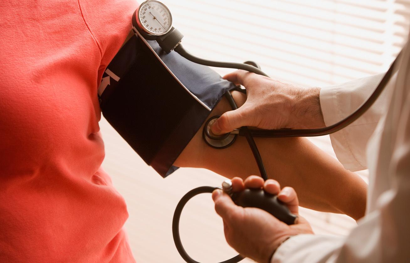 mekkora a magas vérnyomásban szenvedők pulzusa a szemfehérje magas vérnyomása