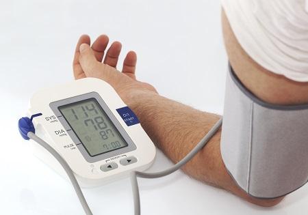 magas vérnyomás szívritmuszavarokkal)
