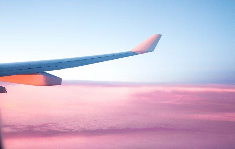 magas vérnyomású repülőgépen repül)
